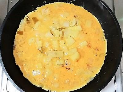 オムレツ卵投入