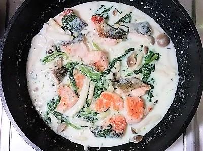 クリーム煮鮭投入